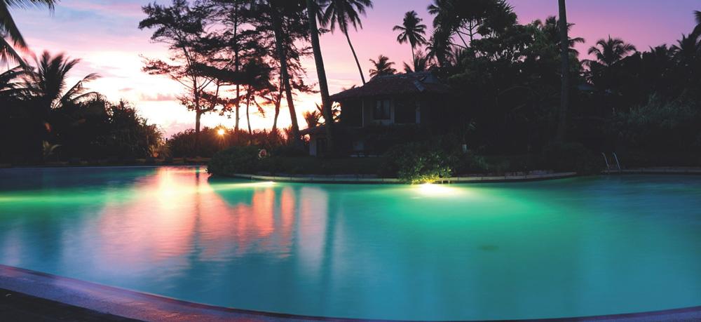 Adagio-Pro-beleuchteter-Pool-Sonnenuntergang
