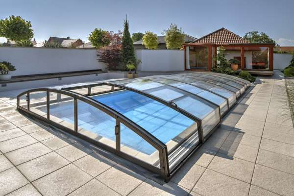 moderne pool berdachung mit klarglas im karbon look sunday pools onlineshop. Black Bedroom Furniture Sets. Home Design Ideas